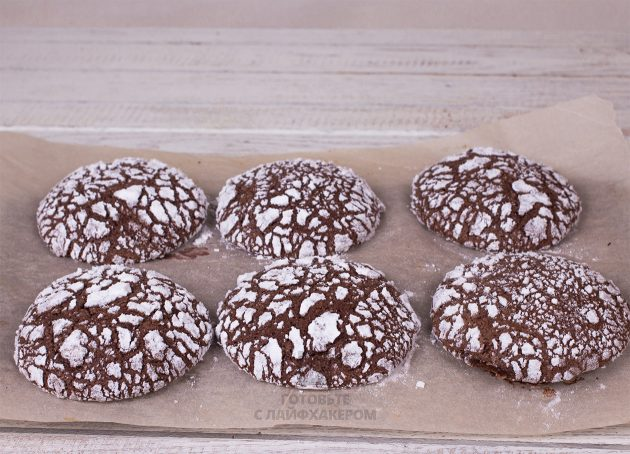 Шоколадное печенье в сахарной пудре: выпекайте в духовке при 180 градусах
