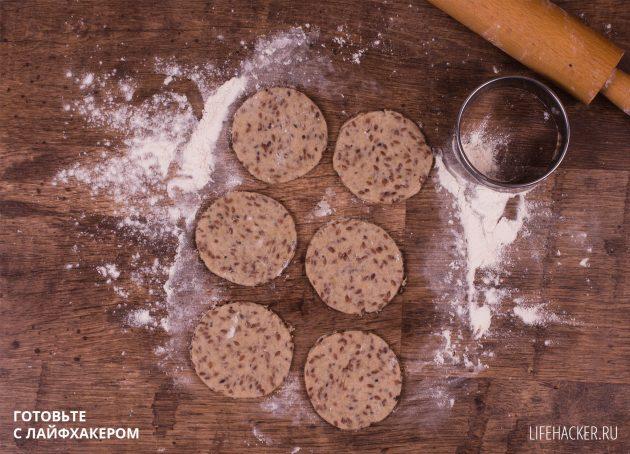 Ржаные хлебцы с семенами льна: разделите тесто на порции
