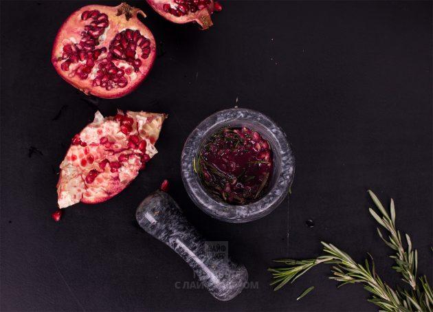 Гранатовый коктейль с шампанским и розмарином: отдельно разотрите зёрна граната с розмарином