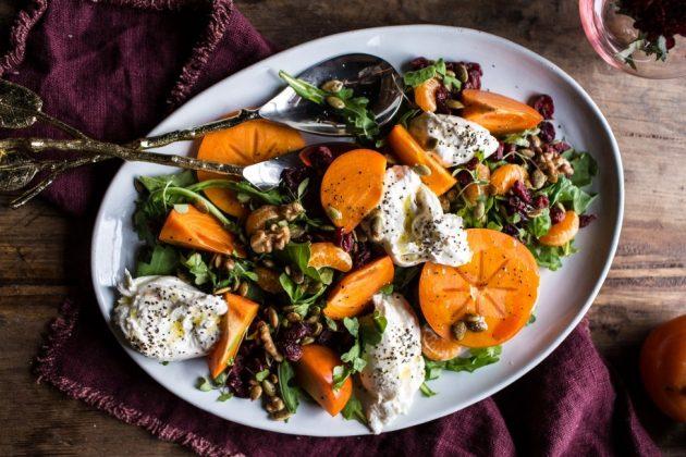 РЕЦЕПТЫ: Зимние полезные салаты с хурмой — с клюквой и моцареллой