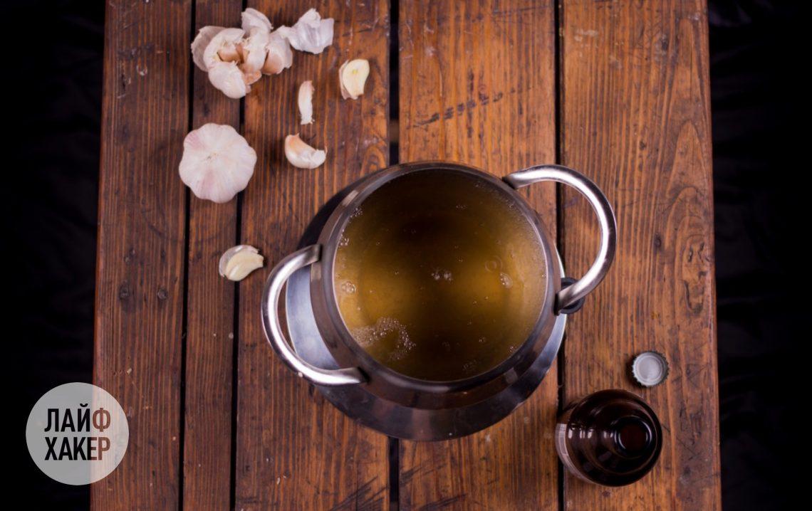 Как приготовить сырное фондю: потрите стенки фондюшницы срезом чеснока