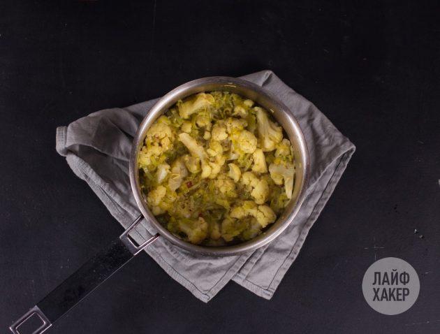 Суп-пюре из цветной капусты: добавьте в кастрюлю цветную капусту