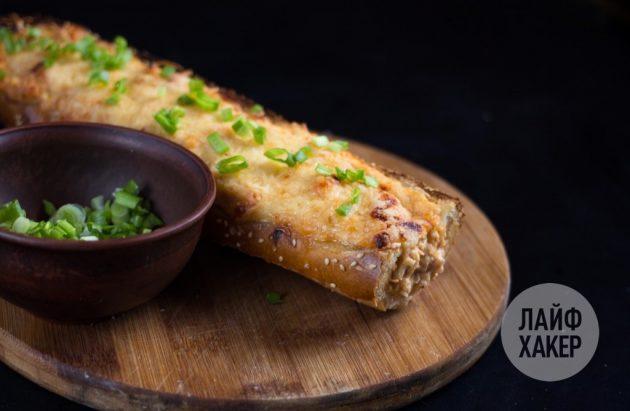 Посыпьте остывший фаршированный багет зеленью