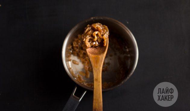 Сметанный соус с луком: обжарьте лук