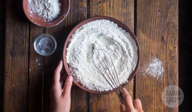 Как приготовить быстрый пирог с вишней на кефире: смешайте муку с содой