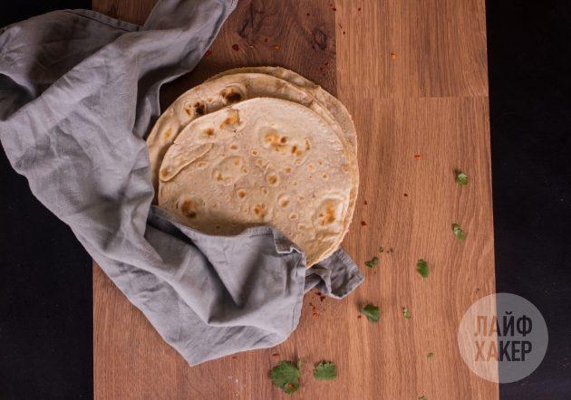 Как сделать кесадилью с курицей, кукурузой и томатной сальсой: заготовки для тортильи обжарьте на сухой сковороде, пока не зарумянятся