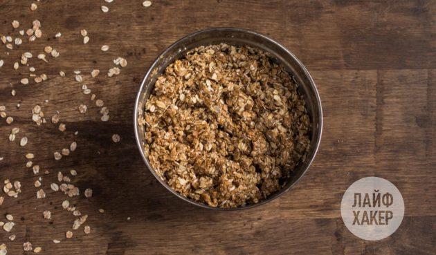 Как приготовить энергетические батончики из овсяных хлопьев, шоколада и фиников: смешайте полученную массу с овсяными хлопьями и взбейте ещё раз