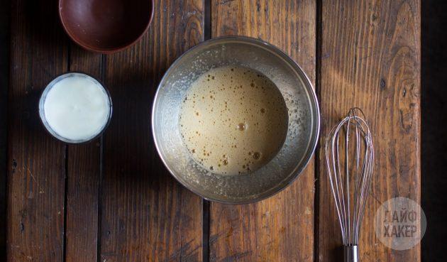 Как приготовить быстрый пирог с вишней на кефире: отдельно взбейте яйцо и сахарный песок