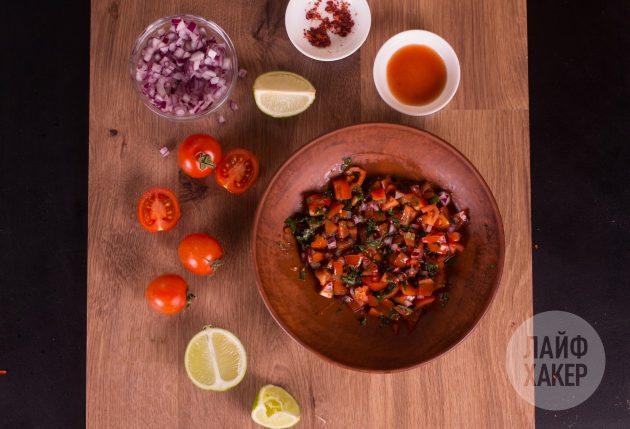 Приготовьте томатную сальсу для кесадильи с курицей и кукурузой