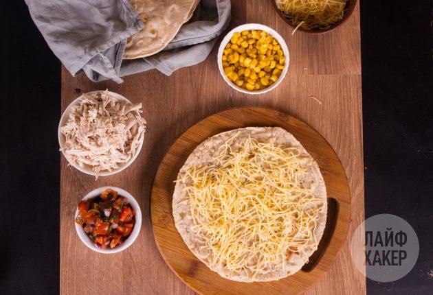 Как приготовить кесадилью с курицей, кукурузой и томатной сальсой: часть сыра высыпьте поверх лепёшки