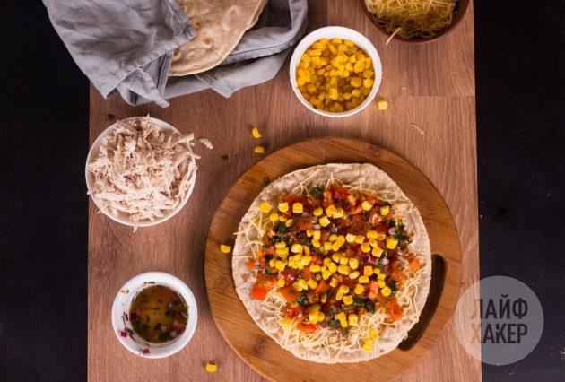 Выложите начинку для кесадильи с курицей, кукурузой и томатной сальсой