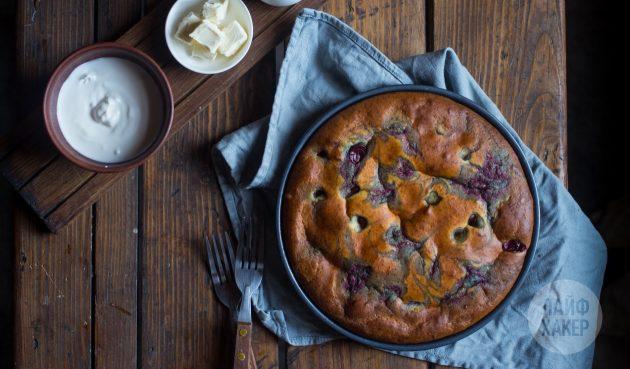 Как приготовить быстрый пирог с вишней на кефире: подавайте, посыпав сахарной пудрой или дополнив мёдом, маслом, сметаной, вареньем