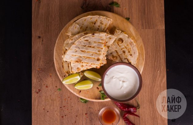 Кесадилья с курицей, кукурузой и томатной сальсой: разрежьте лепёшку на четыре части
