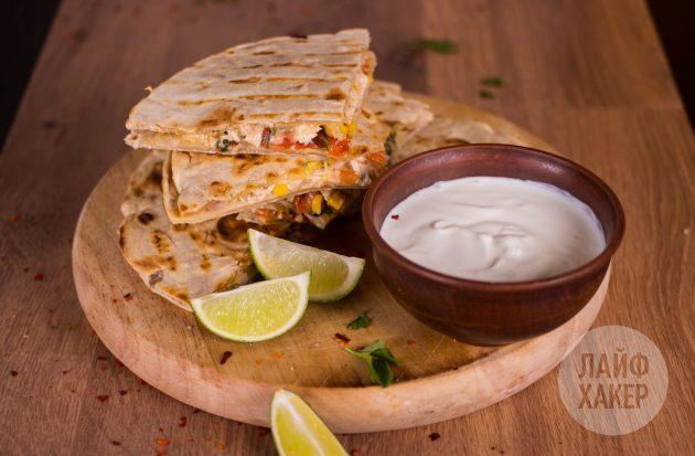 Кесадилья с курицей, кукурузой и томатной сальсой подаётся со сметаной или соусом гуакамоле