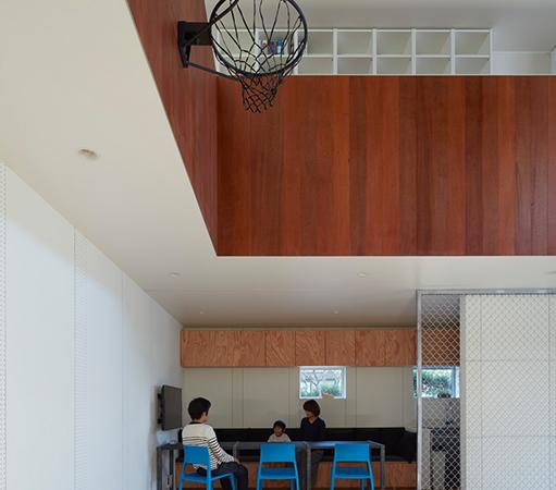 Дом с баскетбольной площадкой внутри