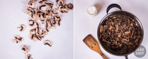 Рулет из блинов: обжарьте грибы, лук и чеснок