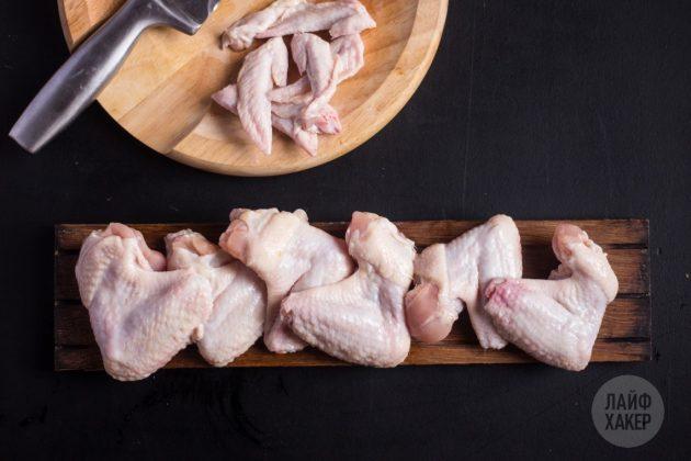 Куриные крылышки промойте, обсушите и разрубите