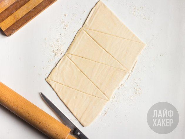 кольцо-слойка с ветчиной и сыром: раскатываем и нарезаем тесто для слойки