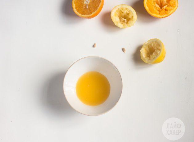 Чтобы приготовить витаминный напиток, выдавите сок целого лимона и половинки апельсина