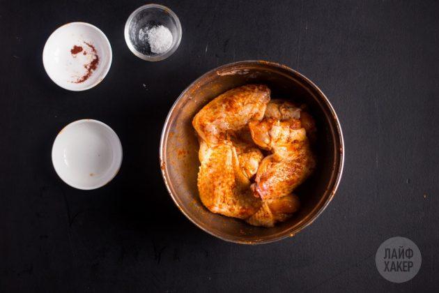 Смешайте соль с паприкой и разрыхлителем, а затем высыпьте всё на куриные крылышки