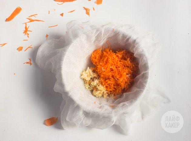 Чтобы приготовить противопростудный витаминный напиток, морковь, чеснок и имбирь измельчите в блендере на тёрке