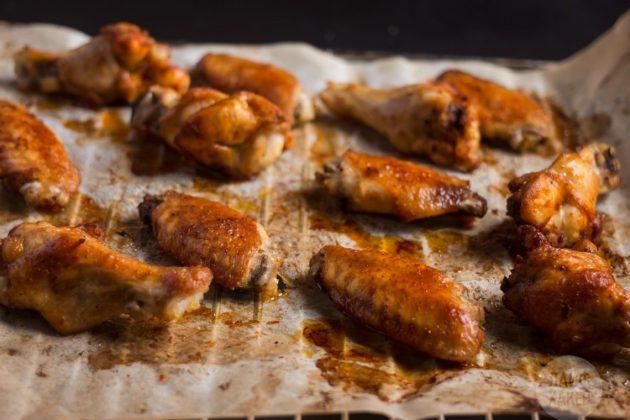 Хрустящие крылышки в духовке готовятся при 210 градусах