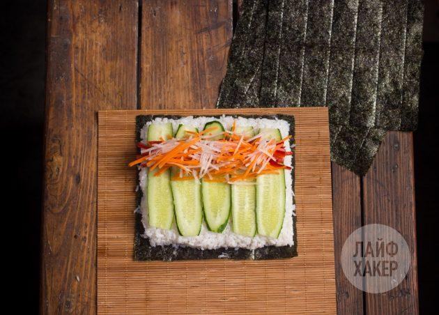 Суширрито: поверх риса распределите начинку