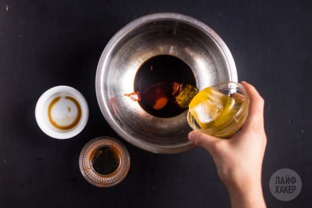 Хрустящие крылышки в духовке получатся ещё вкуснее, если приготовить глазурь