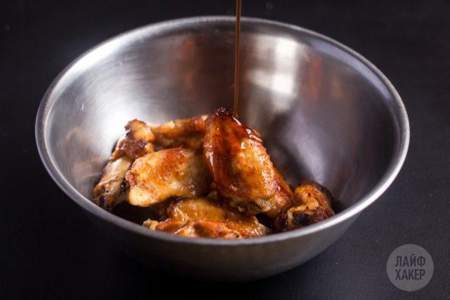 Как приготовить хрустящие крылышки в духовке: вылейте глазурь поверх мяса и перемешайте