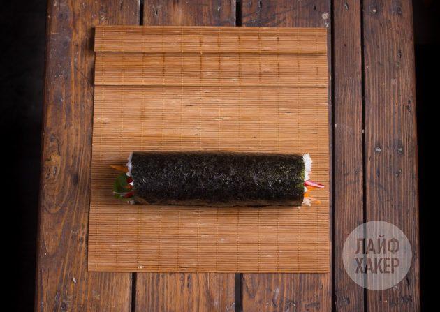 Как приготовить суширрито: с помощью коврика осторожно сверните ролл