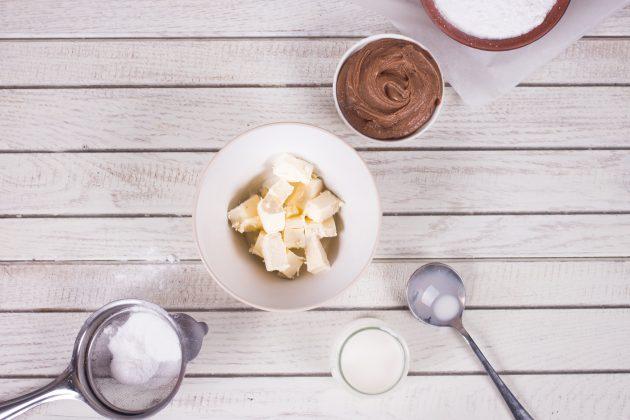 Арахисовые конфеты: холодное сливочное масло разрежьте на небольшие кубики