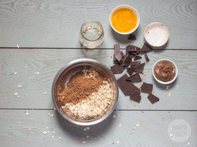 Овсянка с шоколадом и бананом в банке: смешайте сухие ингредиенты