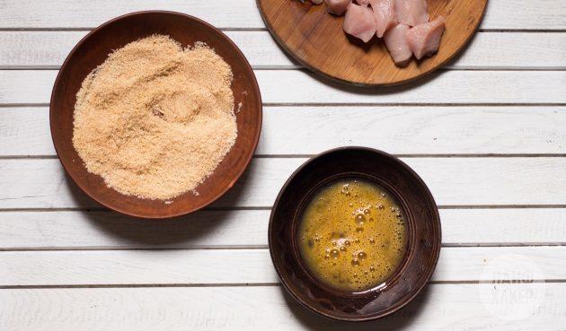 Как приготовить куриные наггетсы в духовке: яйцо взбейте с щепоткой соли и вустерским соусом