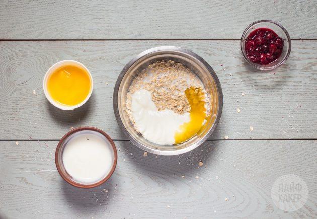 холодная овсянка с вишней и кокосом: соедините ингредиенты