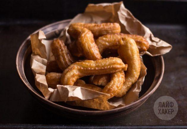 Быстрые пончики подавайте со сладким соусом, глазурью или сахарной пудрой с корицей