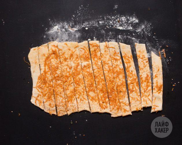 Самые простые сырные палочки: нарежьте тесто