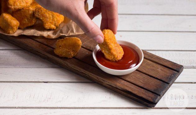 Подавайте полезные куриные наггетсы с соусом
