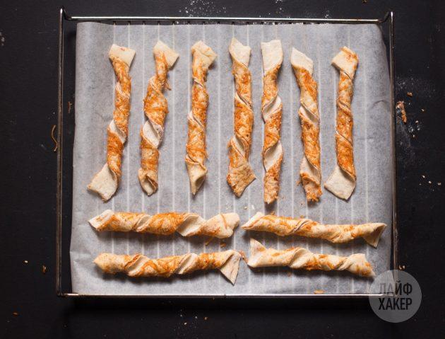 Самые простые сырные палочки: разложите заготовки на пергаменте