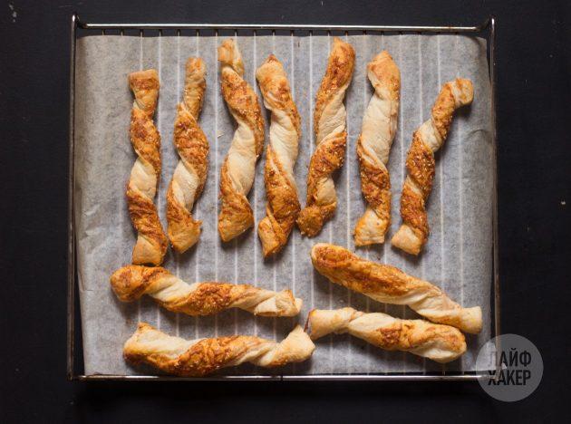 Выпекайте самые простые сырные палочки 12–15 минут