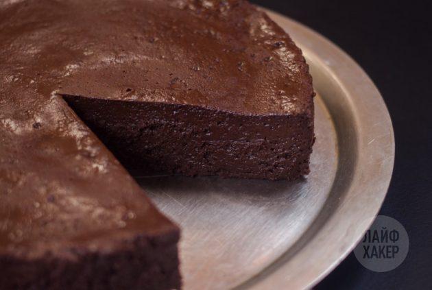 Готовый шоколадный торт-мусс разрезайте не раньше чем через 4 часа