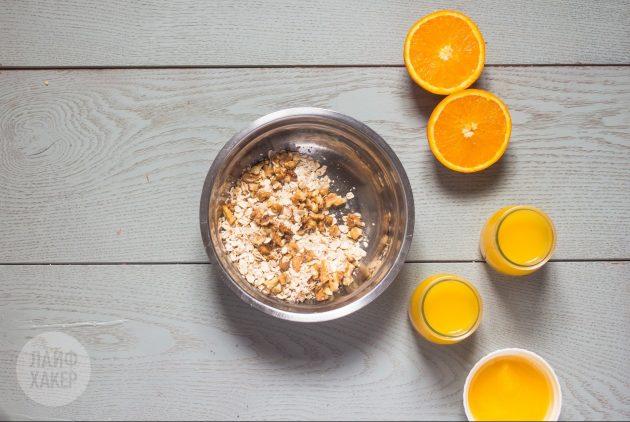 Овсянка в банке с апельсином и ванилью: смешайте хлопья, ванилин и грецкие орехи