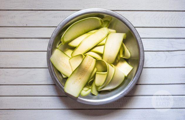 Рецепт лазаньи из кабачков с творогом: нарежьте кабачки на тонкие пластины