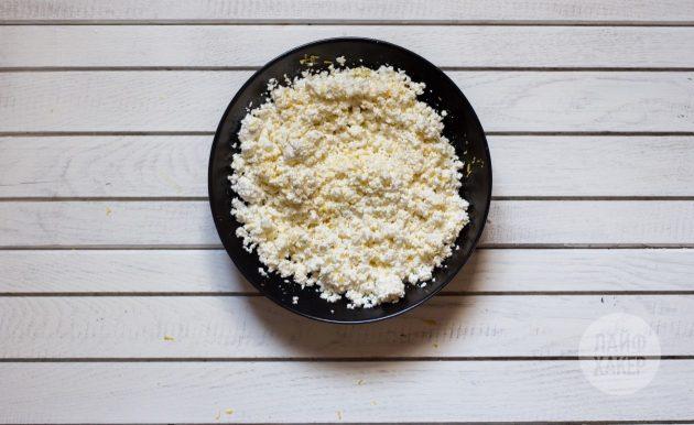 Лазанья из кабачков с творогом: смешайте ингредиенты для творожного соуса