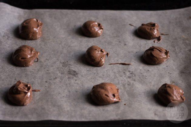 шоколадное печенье без муки: выложите тесто на пергамент