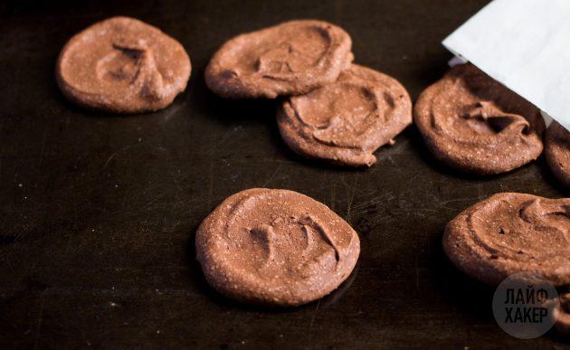 После выпечки шоколадное печенье охладите, а затем снимите с пергамента