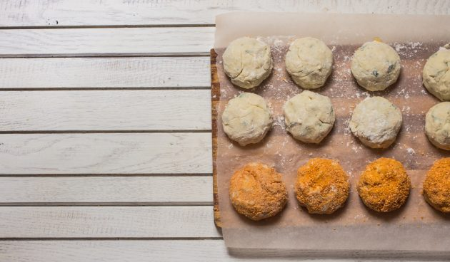 Скатайте картофельные шарики и обваляйте их в панировке