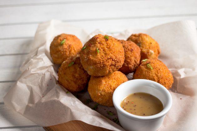 Готовые картофельные шарики подавайте с соусом