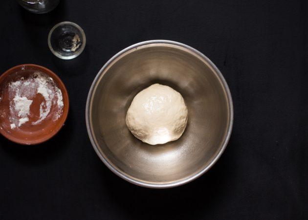 Рецепт пиццы с грибами и сыром: приготовьте тесто и дайте ему постоять 10 минут