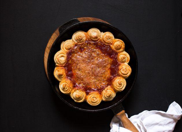 Пицца с грибами и сыром запекается 30 минут при 180 градусах