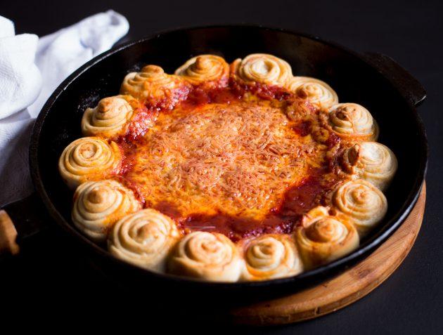 Готовую пиццу-дип с грибами и сыром подавайте горячей